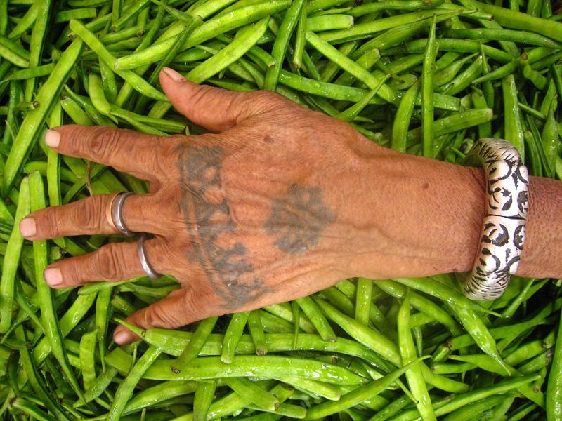 Alte Hand mit alter Tätowierung