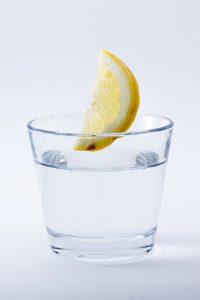 Minimalismus Ausmisten Einfachheit Wasserglas
